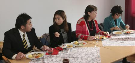 Yasuaki Matsumoto nautti tyypillisen suomalaisaterian yhdessä Kaori Suman, Päivi Marjetan ja Setsuko Teramoton kanssa Toholammilla.