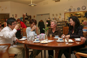 Kenichi Kuratani ja Yuka Oonishi jakoivat läksiäisissään Suomen vierailulla saamiaan kokemuksia Villa Tapiolan johtajan Tuula Laulajan ja Omnian kansainvälisten asioiden koordinaattorin Sirje Hassisen kanssa.
